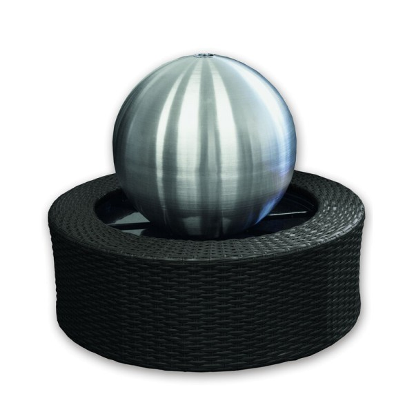 Gardenforma Wasserspiel, Edelstahl-Kugel matt 35 cm, Rattanumrandung, Pumpe, LED
