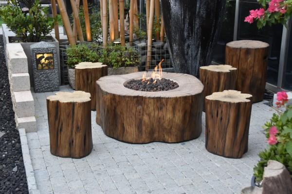 Gas Feuerstelle Manchester aus Faserbeton in Baumstammoptik inkl. 4 Hocker